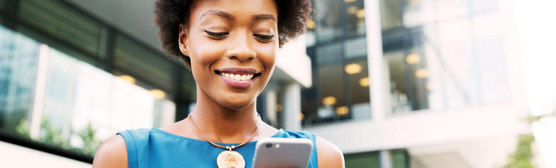 Une femme regarde un smartphone