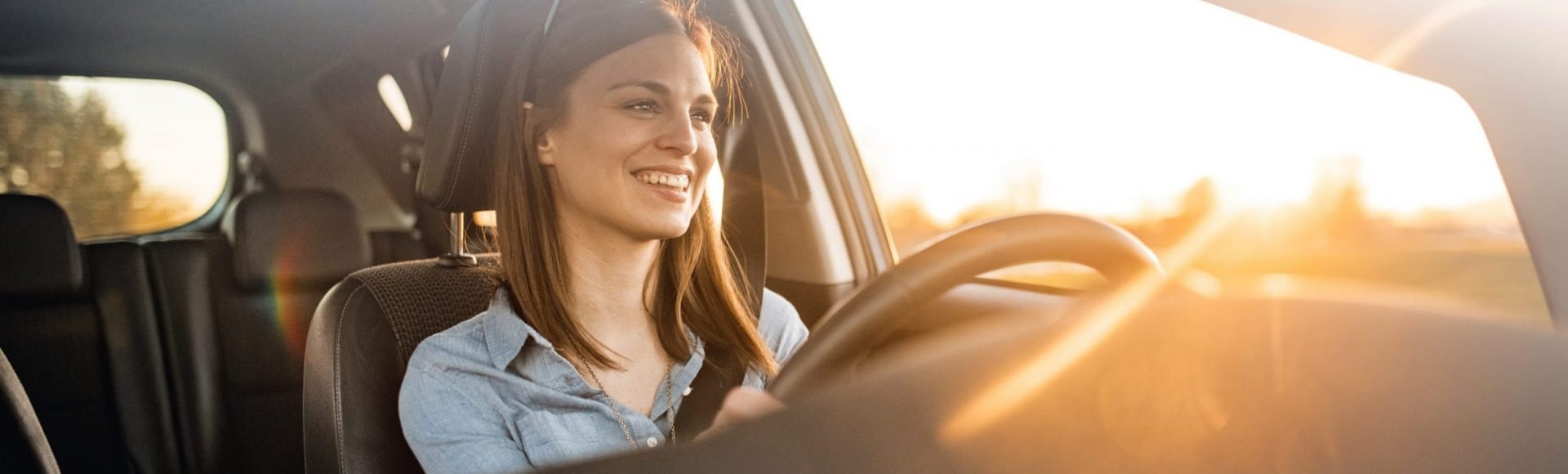 Una donna al volante all'alba