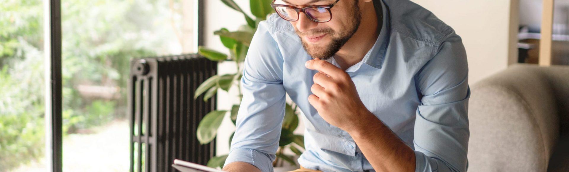 Un homme avec une tablette dans la main